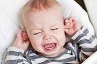 Tại sao trẻ khóc ngay khi đặt xuống và khi bế lên thì lại không sao?