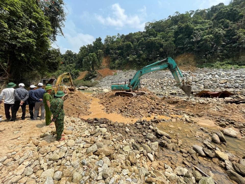 Hình ảnh rơi nước mắt về nạn nhân mất tích tại Rào Trăng: Chiếc lấm lem bùn đất, xe máy bị cuộn nát dưới lòng sông trong không gian điêu tàn-1