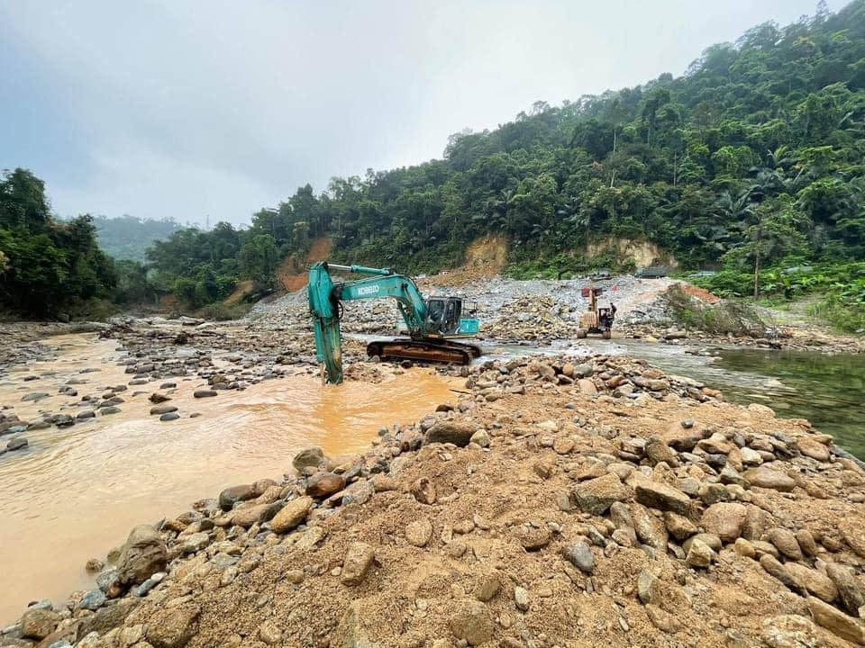 Hình ảnh rơi nước mắt về nạn nhân mất tích tại Rào Trăng: Chiếc lấm lem bùn đất, xe máy bị cuộn nát dưới lòng sông trong không gian điêu tàn-2