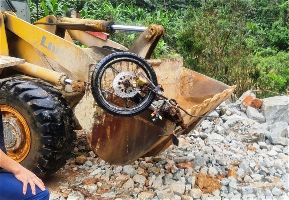 Hình ảnh rơi nước mắt về nạn nhân mất tích tại Rào Trăng: Chiếc lấm lem bùn đất, xe máy bị cuộn nát dưới lòng sông trong không gian điêu tàn-3