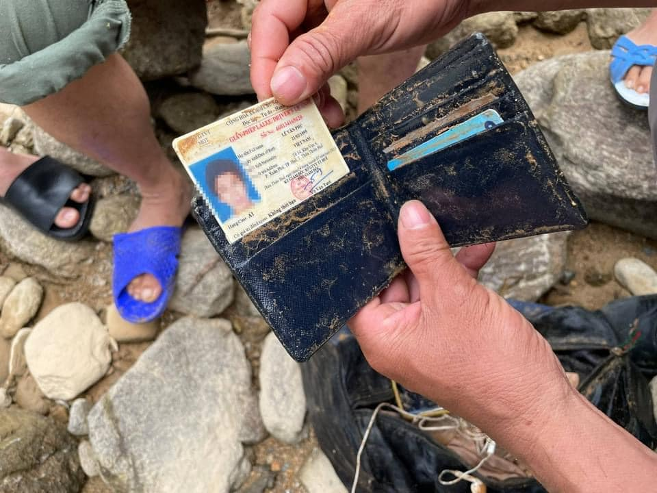 Hình ảnh rơi nước mắt về nạn nhân mất tích tại Rào Trăng: Chiếc lấm lem bùn đất, xe máy bị cuộn nát dưới lòng sông trong không gian điêu tàn-5