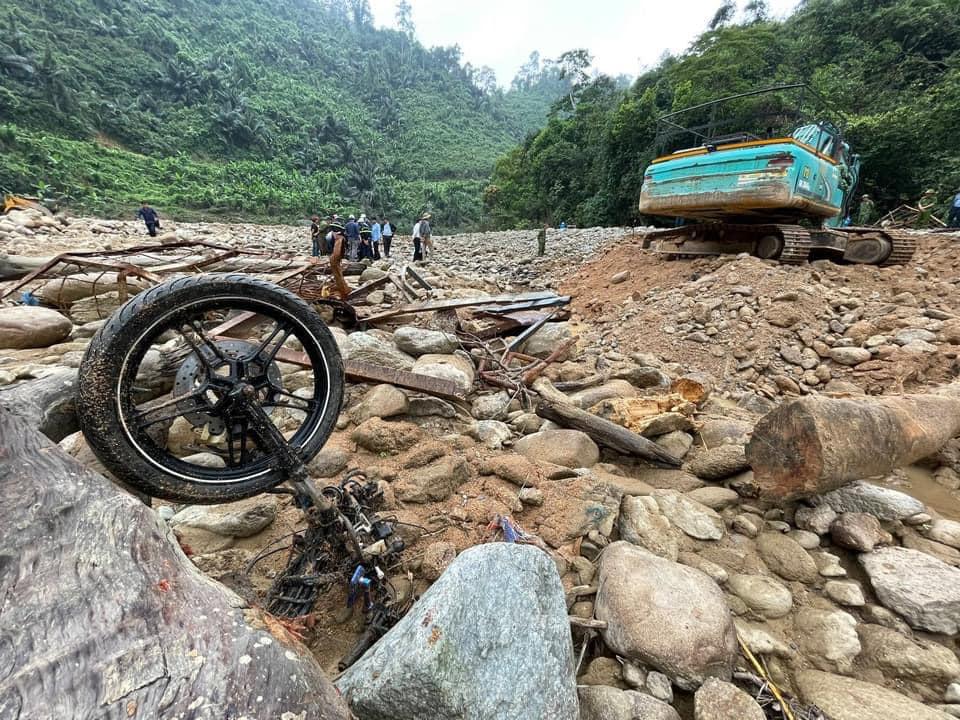 Hình ảnh rơi nước mắt về nạn nhân mất tích tại Rào Trăng: Chiếc lấm lem bùn đất, xe máy bị cuộn nát dưới lòng sông trong không gian điêu tàn-4