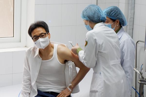 Phó Thủ tướng Vũ Đức Đam tiêm thử nghiệm vắc xin Covid-19 của Việt Nam-1