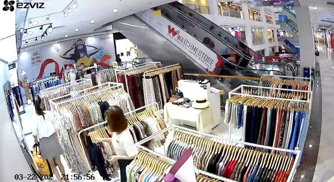 Cô gái xinh đẹp vào trung tâm thương mại mua đồ nhưng lại có hành động xấu xí cùng chiếc túi 3 gang khiến tất cả phẫn nộ-4
