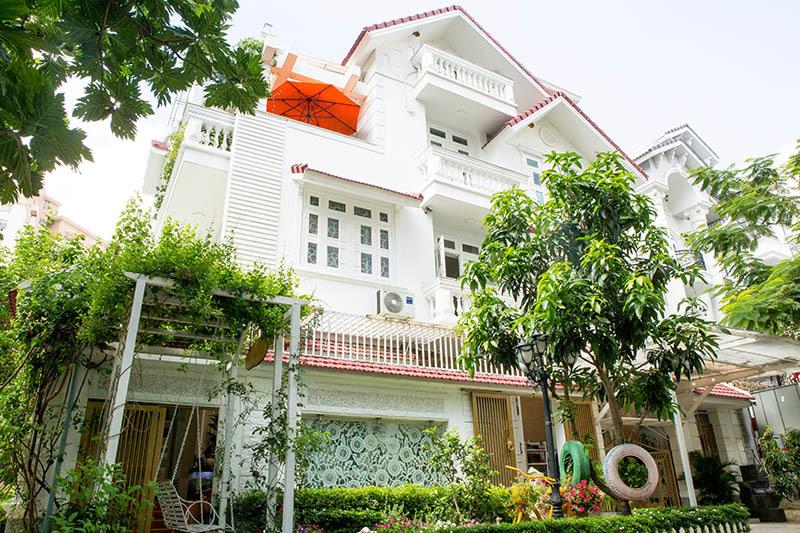 Biệt thự triệu đô của Vy Oanh và chồng đại gia hoa tươi nở bốn mùa, cây trái sai trĩu quả-2