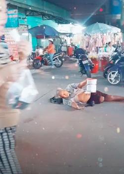 Xót xa cụ ông mất chân, nằm giữa chợ cầu xin sự giúp đỡ của dòng người qua lại-1