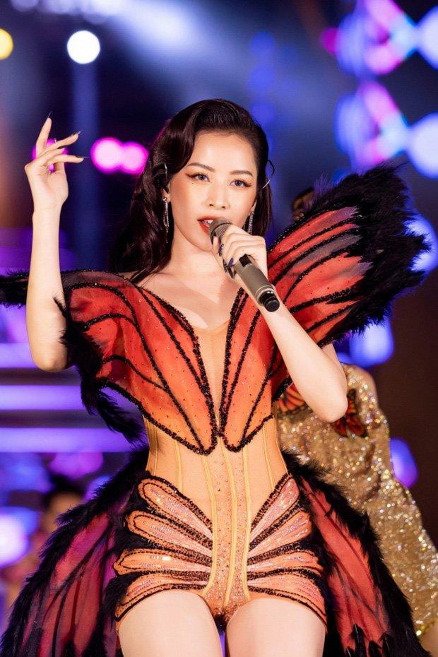 Chi Pu và loạt trang phục biểu diễn khó đỡ: Hết cánh bướm dối gian lại vướng nghi án mặc hàng nhái-1