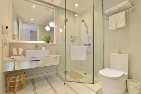 Tại sao phòng tắm của khách sạn là kính trong suốt? Cô bé quầy lễ tân nói câu trả lời, ai cũng ngạc nhiên-3