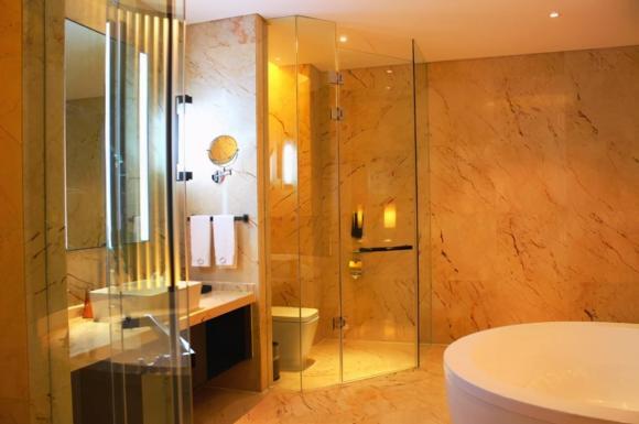 Tại sao phòng tắm của khách sạn là kính trong suốt? Cô bé quầy lễ tân nói câu trả lời, ai cũng ngạc nhiên-4