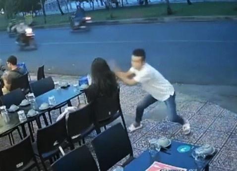 Cô gái ở TP.HCM bị cướp điện thoại trước quán ăn-1