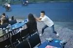 Kinh hoàng cảnh cô gái bị nhóm phụ nữ lao túm tóc đánh ghen, dùng dép đánh tới tấp vào mặt-4