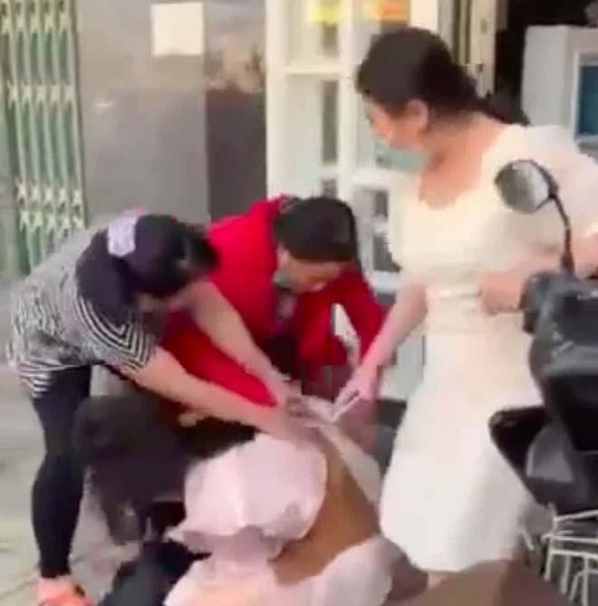 Kinh hoàng cảnh cô gái bị nhóm phụ nữ lao túm tóc đánh ghen, dùng dép đánh tới tấp vào mặt-2