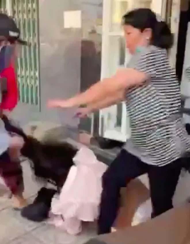 Kinh hoàng cảnh cô gái bị nhóm phụ nữ lao túm tóc đánh ghen, dùng dép đánh tới tấp vào mặt-3