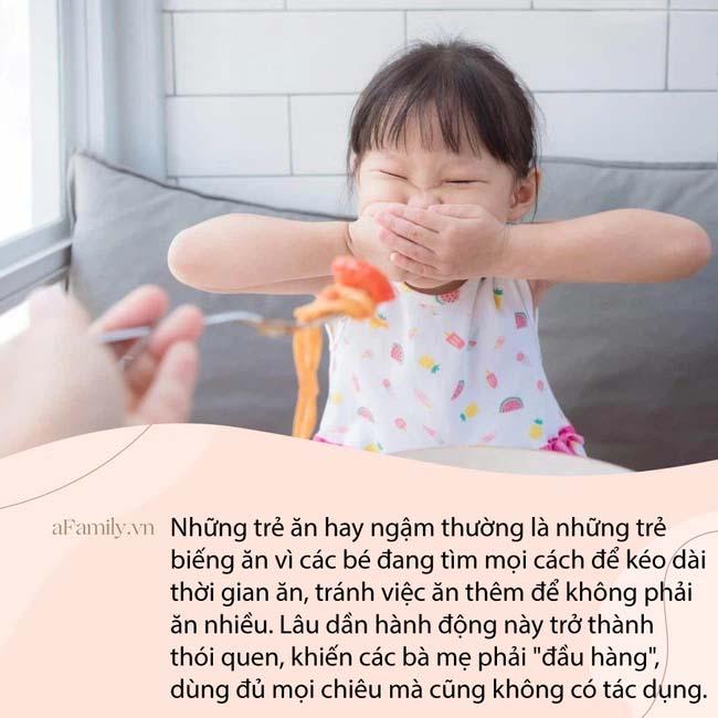Clip em bé vừa ngậm bột vừa khóc thét khiến bất kì mẹ nào có con biếng ăn cũng thấy đồng cảm, nhưng lại khiến chị em tranh cãi không ngừng-2