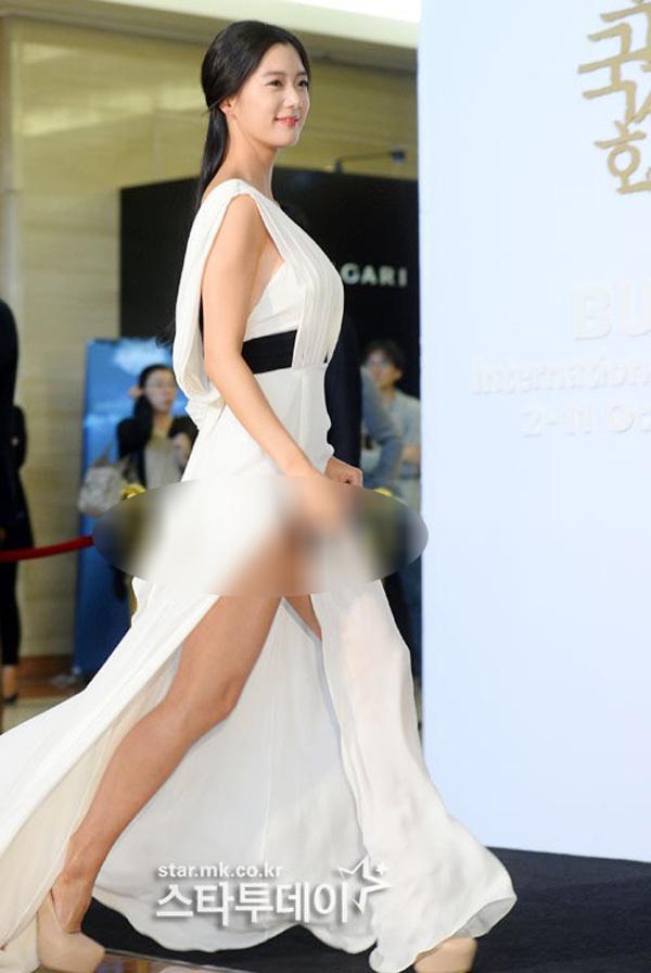 3 điều tối kị khi diện váy xẻ hack chân dài, chị em cần nhớ kỹ nếu không muốn hớ hênh vô duyên-4