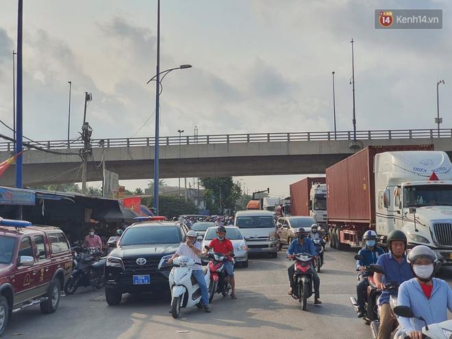 Cháy nhà ở Sài Gòn khiến 6 người trong gia đình tử vong, người thân khóc ngất tại hiện trường-3