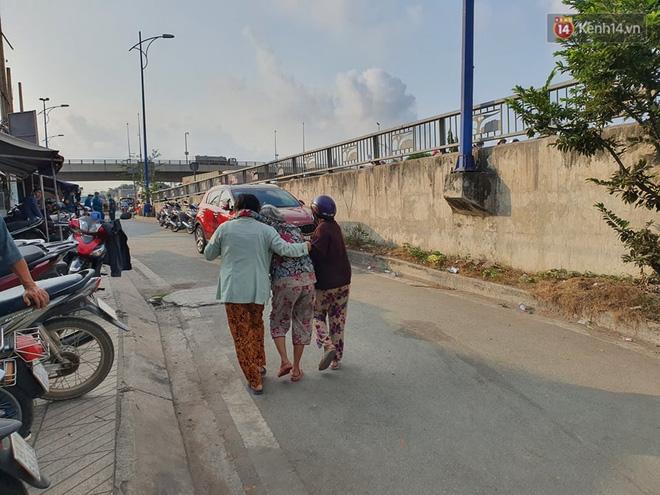 Cháy nhà ở Sài Gòn khiến 6 người trong gia đình tử vong, người thân khóc ngất tại hiện trường-13