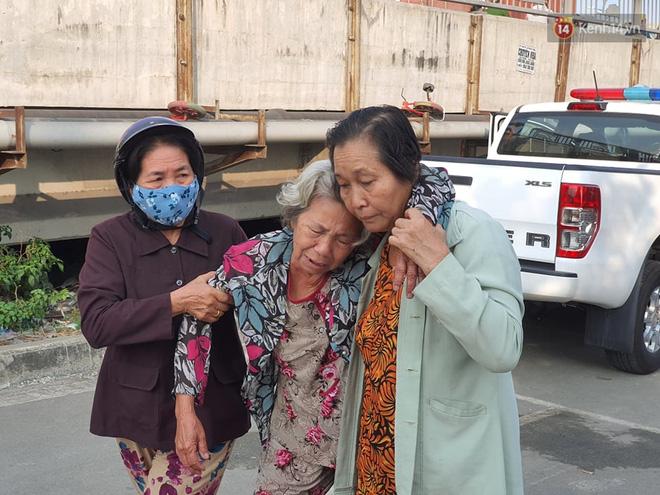Cháy nhà ở Sài Gòn khiến 6 người trong gia đình tử vong, người thân khóc ngất tại hiện trường-15