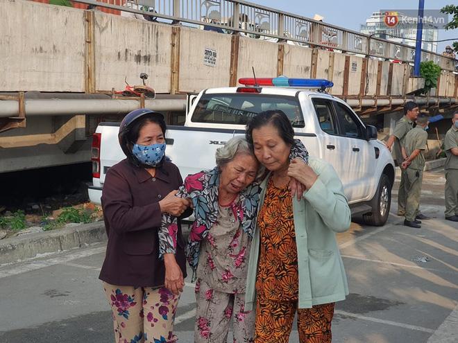 Cháy nhà ở Sài Gòn khiến 6 người trong gia đình tử vong, người thân khóc ngất tại hiện trường-16