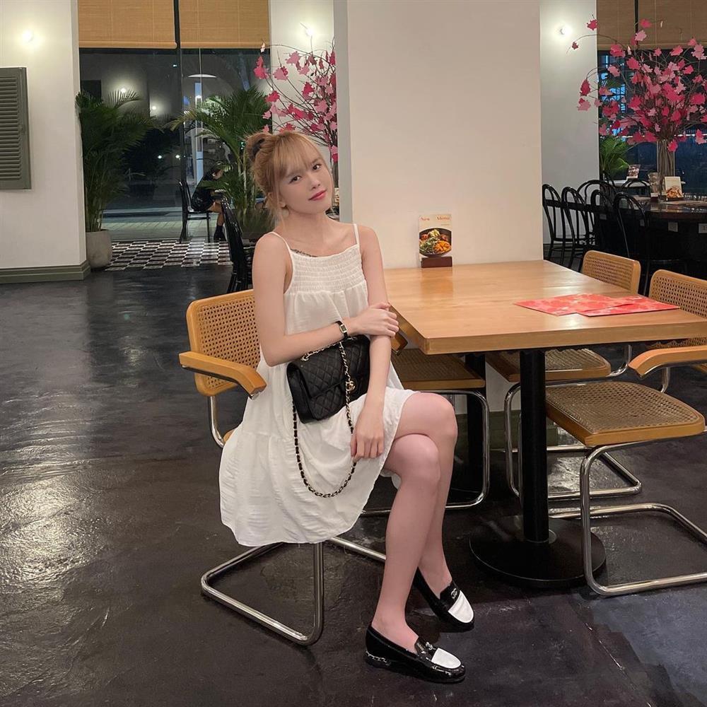 Thiều Bảo Trâm chỉ diện quanh 3 combo váy + giày dép này là luôn sành điệu từng centimet, chân được kéo dài miên man-6