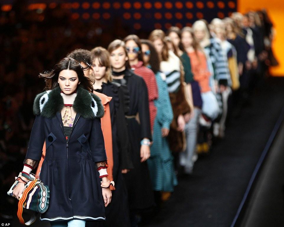 Làng thời trang thế giới chọn vedette theo tiêu chí nào?-6