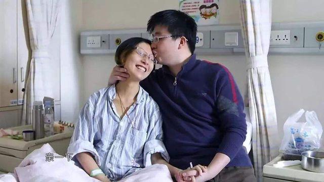 """Một năm sau cái chết của vợ yêu, người chồng tận tụy đã trìu mến nắm tay người phụ nữ khác: Cuộc đời không có hai chữ gọi là mãi nhớ""""?-1"""