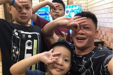 Con trai út nhà BTV Quang Minh mới lớp 1 đã được cô giáo giao vị trí quan trọng, bố nghe xong toát mồ hôi hột vì áp lực giùm
