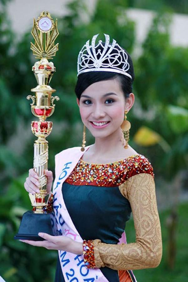 Hoa hậu Hoàn vũ Việt Nam đầu tiên, lấy chồng tiến sĩ giờ ra sao?-1