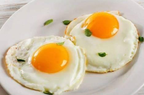 Khi chiên trứng, nên cho vào lúc dầu lạnh hay nóng? Nhiều người đang làm sai, không có gì lạ khi trứng bị dính vào chảo-1