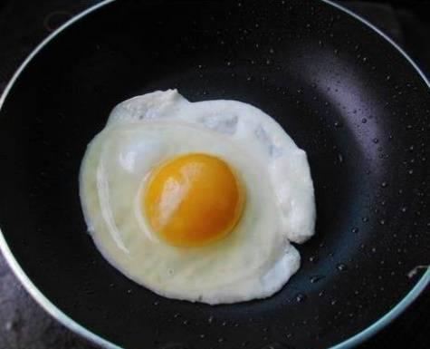 Khi chiên trứng, nên cho vào lúc dầu lạnh hay nóng? Nhiều người đang làm sai, không có gì lạ khi trứng bị dính vào chảo-3