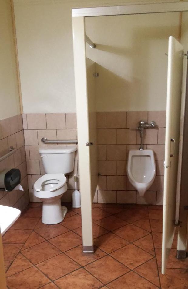 Những chiếc toilet có khả năng trêu ngươi cực cao, ai nhìn cũng phải thốt lên: Ủa, là sao?-3