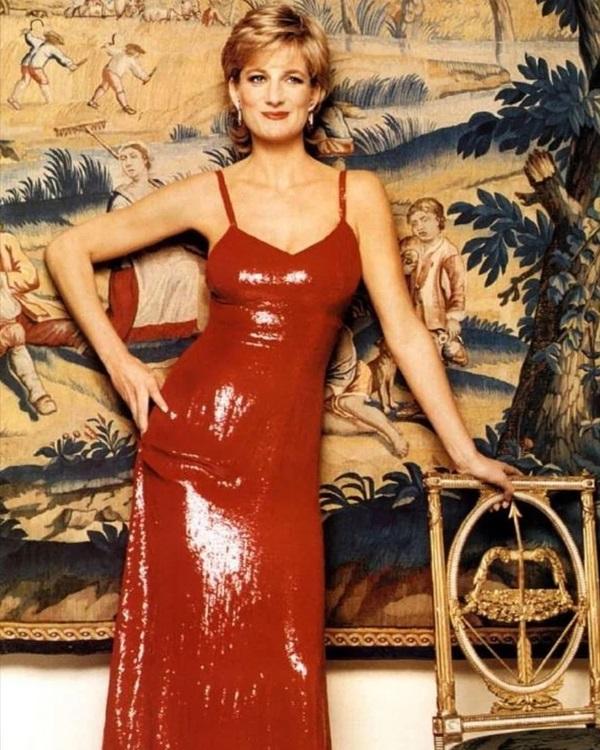 4 lần Công nương Diana diện đồ táo bạo: Chiếc váy o ép vòng 1 cũng không sexy bằng lần phá luật Hoàng gia-4