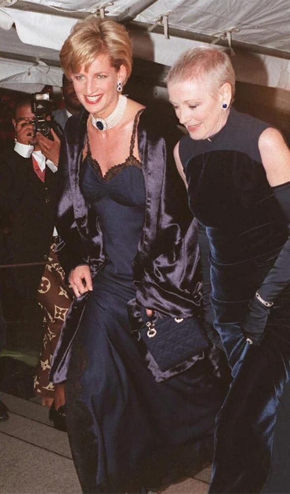 4 lần Công nương Diana diện đồ táo bạo: Chiếc váy o ép vòng 1 cũng không sexy bằng lần phá luật Hoàng gia-6
