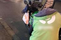 Dắt xe máy hết xăng trên đường, cô gái cảm kích khi nhận được sự giúp đỡ nhiệt tình của chú tài xế xe ôm