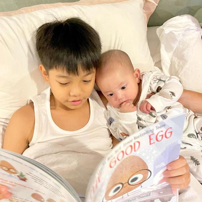 Subeo thay Kim Lý đọc truyện cho em gái Lisa trước khi ngủ, nhìn biểu cảm của cô bé đáng yêu vô cùng-1