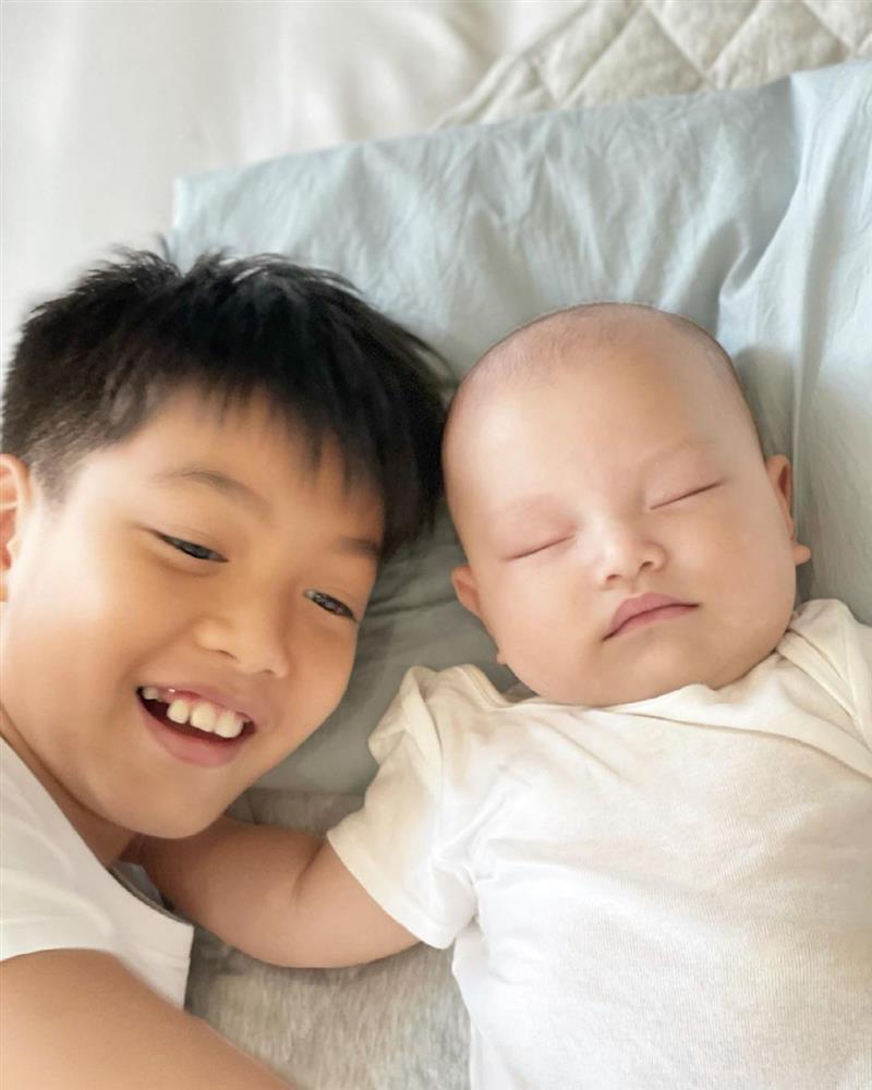 Subeo thay Kim Lý đọc truyện cho em gái Lisa trước khi ngủ, nhìn biểu cảm của cô bé đáng yêu vô cùng-2
