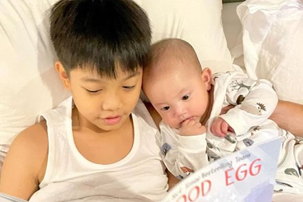 Subeo thay Kim Lý đọc truyện cho em gái Lisa trước khi ngủ, nhìn biểu cảm của cô bé đáng yêu vô cùng
