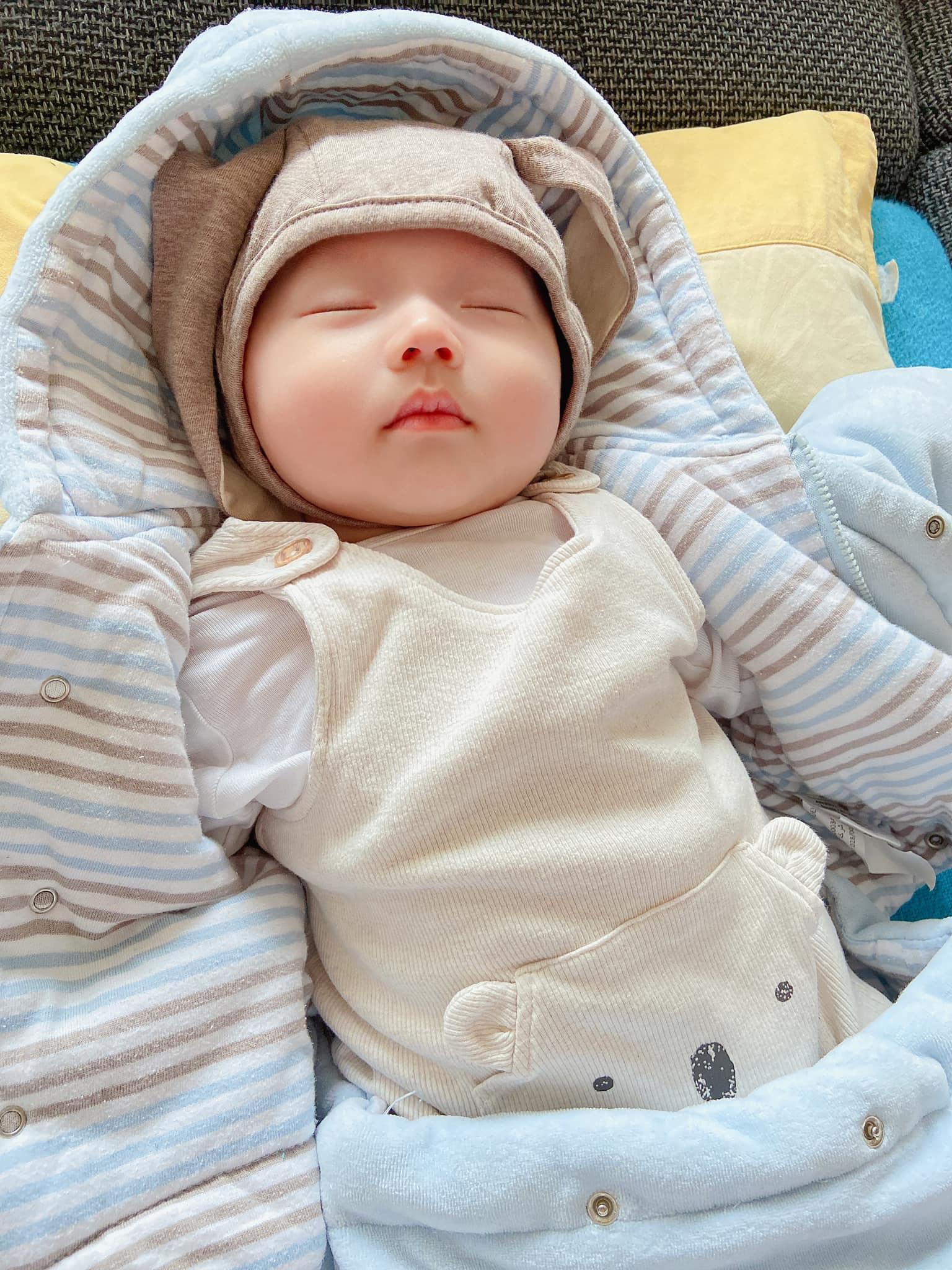 Mặt đầy mụn vì thức khuya chăm con, nhưng sau 4 tháng bà xã Mạc Hồng Quân khoe làn da đẹp không tì vết, tiết lộ bí quyết chăm bé thứ 2 bụ bẫm như búp bê-9