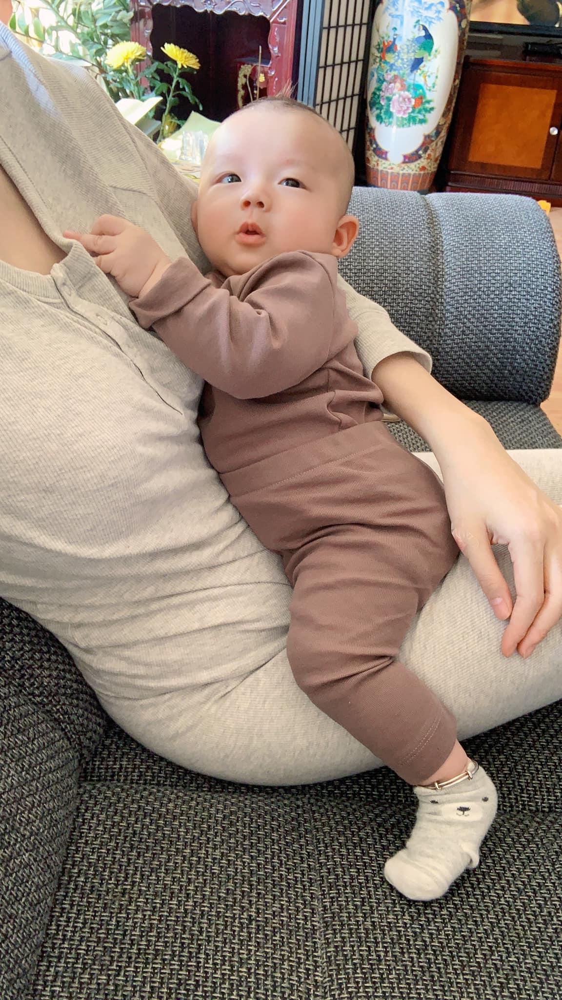 Mặt đầy mụn vì thức khuya chăm con, nhưng sau 4 tháng bà xã Mạc Hồng Quân khoe làn da đẹp không tì vết, tiết lộ bí quyết chăm bé thứ 2 bụ bẫm như búp bê-10