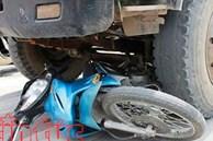 Xe tải bất ngờ tông xe máy khiến 2 nữ sinh thiệt mạng