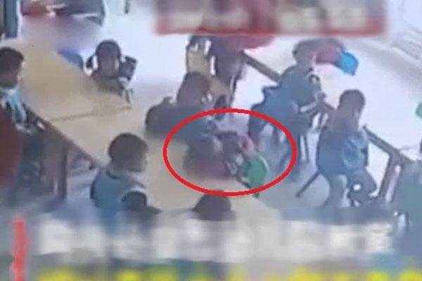 Cậu bé 3 tuổi ngủ gục trong giờ ăn trưa, camera ghi lại sự vô tâm của giáo viên dẫn đến cái chết-1