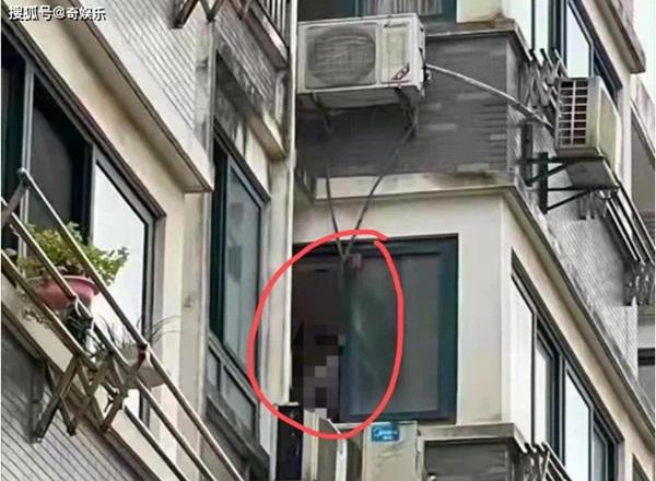 Chồng siết cổ vợ và con gái 21 tuổi, để lại thư tuyệt mệnh rồi treo cổ tự tử trên dàn nóng điều hòa, hàng xóm tiết lộ nội tình cay đắng-1