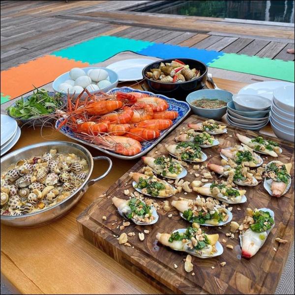 Tiệc cuối tuần của gia đình tài phiệt do Hà Tăng tự nấu, toàn hải sản xịn, nhìn thôi đã biết hấp dẫn vô cùng-3