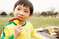 Cứ vô tư cho con ăn 5 loại đồ ăn vặt này, trẻ có nguy cơ bị dậy thì sớm mà cha mẹ không biết