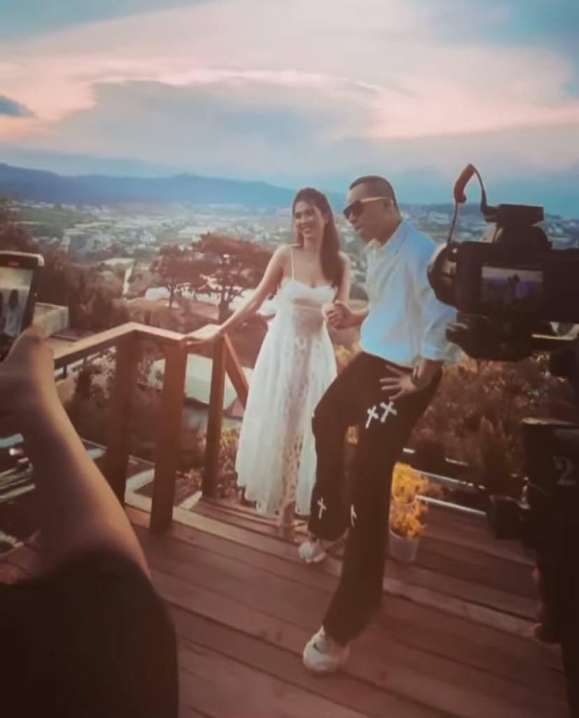 Vũ Khắc Tiệp tung hậu trường chụp ảnh ở Đà Lạt với Ngọc Trinh mà cứ ngỡ đang chụp ảnh cưới-4