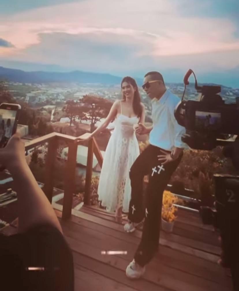 Vũ Khắc Tiệp tung hậu trường chụp ảnh ở Đà Lạt với Ngọc Trinh mà cứ ngỡ đang chụp ảnh cưới-1