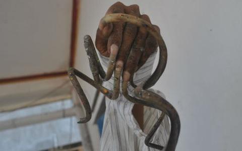 Choáng váng người đàn ông mang bộ móng tay siêu dài đi làm căn cước công dân-5