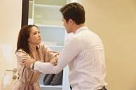 Đang lúi húi trong bếp, bất ngờ bàn tay lạ ôm eo tôi, chưa định hình được ai thì chồng tôi vỗ tay và nói một câu nhói lòng