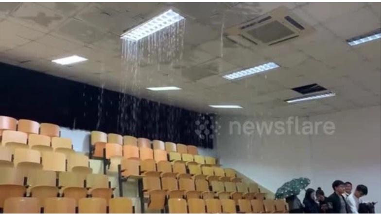 Clip: Mưa to làm sập trần giảng đường, nước tràn vào như suối khiến sinh viên chạy mất dép-1