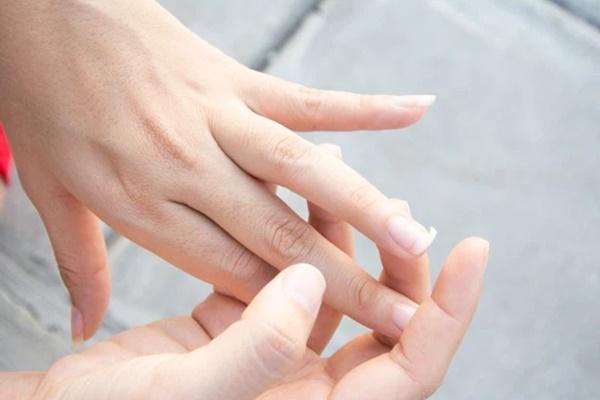 Gan xấu thì ngón tay giữa sẽ xuất hiện 3 vấn đề, nếu không có thì xin chúc mừng vì gan bạn vẫn ổn-2